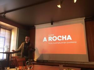 Koordinaattori Mikko Kurenlahti esittelee uutta strategiaa julkistamistilaisuudessa ravintola Wltavassa.